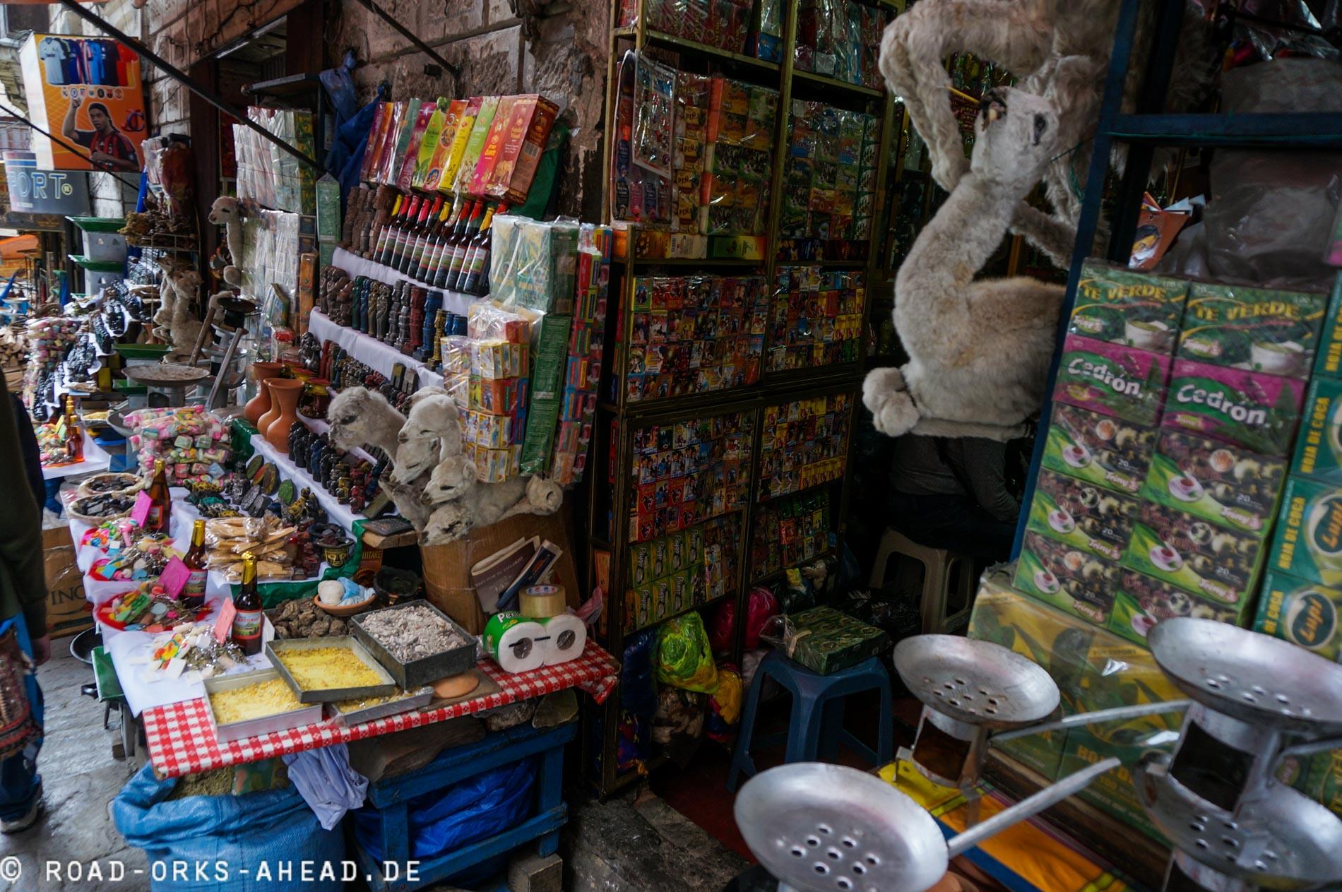Hexenmarkt in La Paz, man beachte das getrocknete Lama