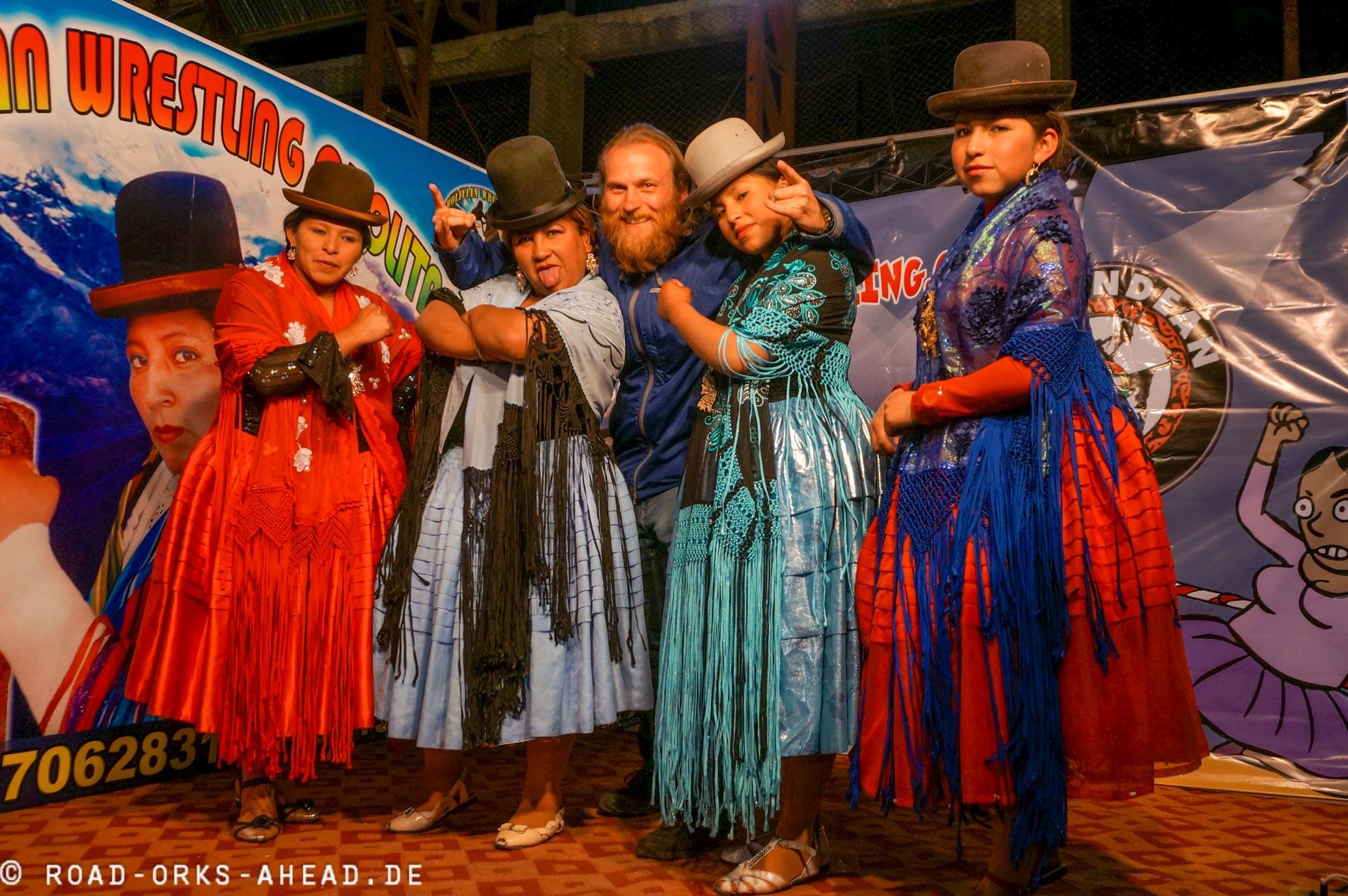 Nils mit den Cholita Wrestlern