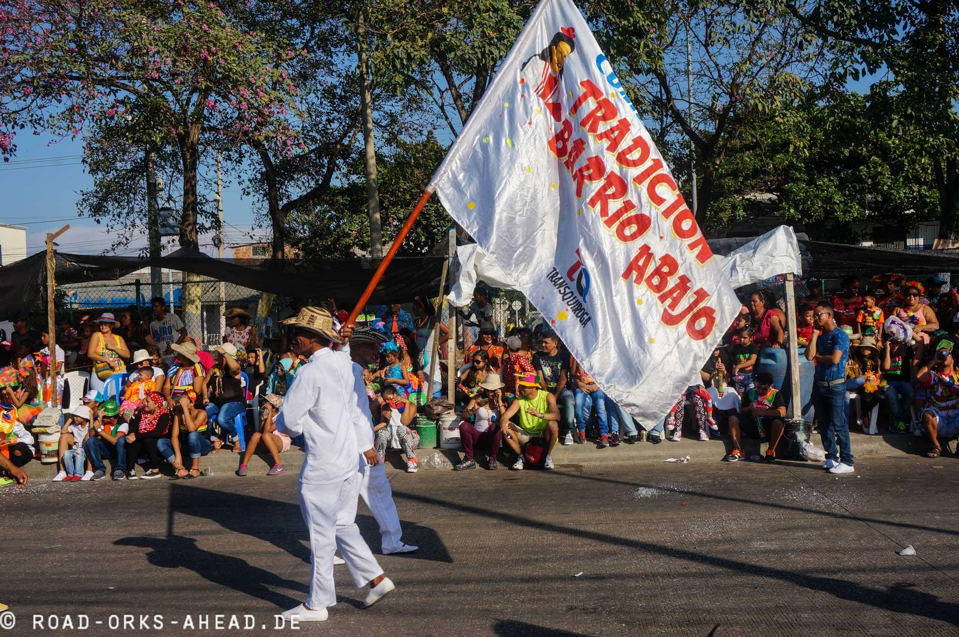 Barrios zeigen stolz ihre Fahne