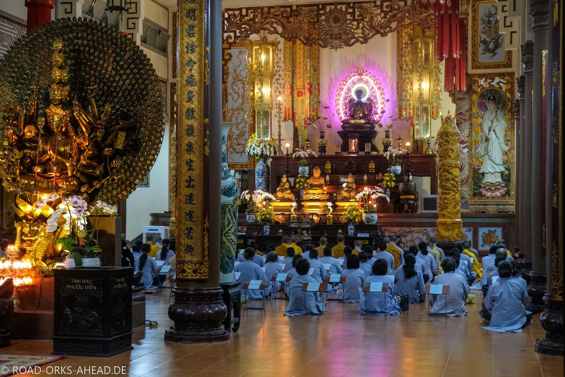 Andacht im Buddhatempel