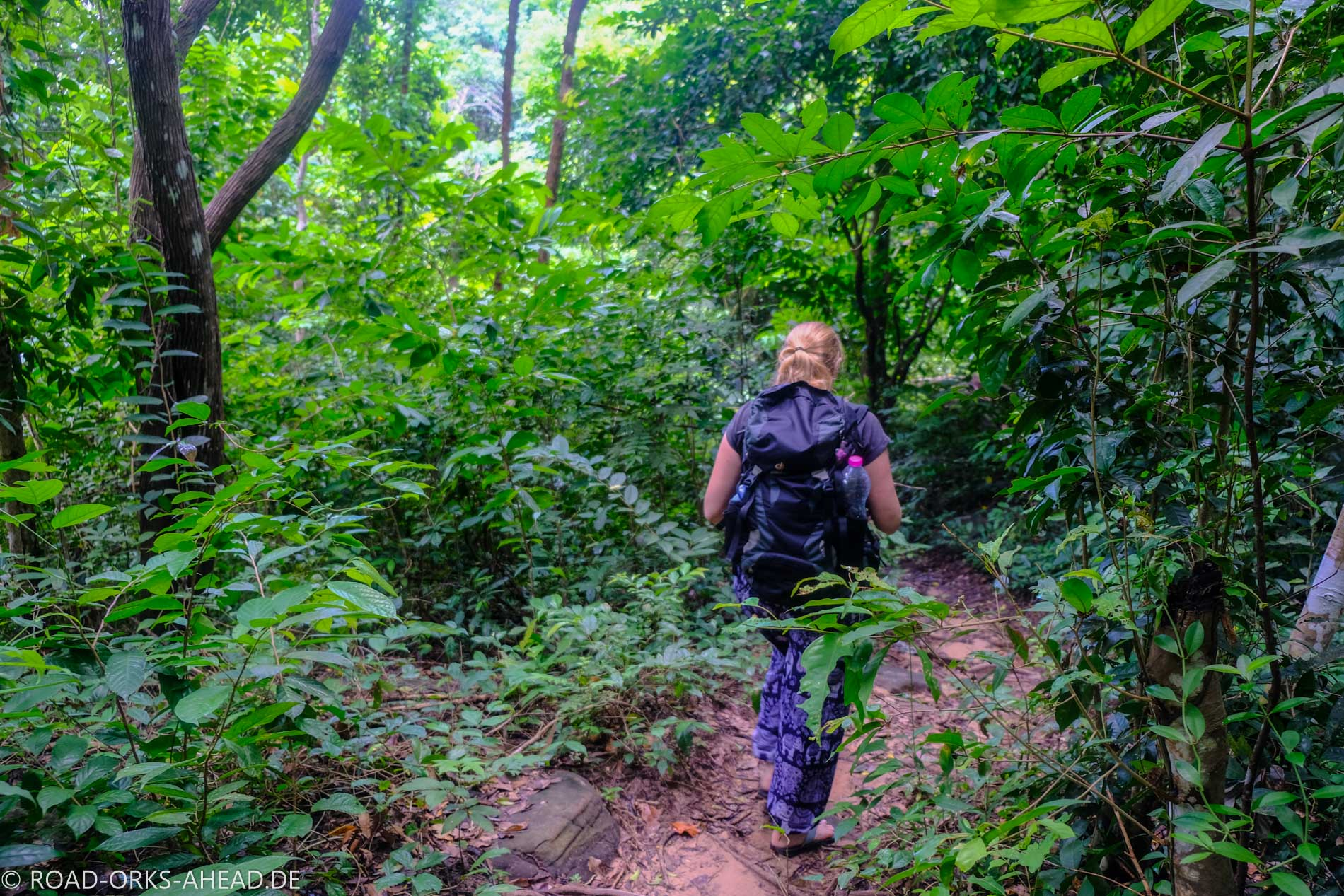Dschungelwanderung, stilecht mit Flip Flops