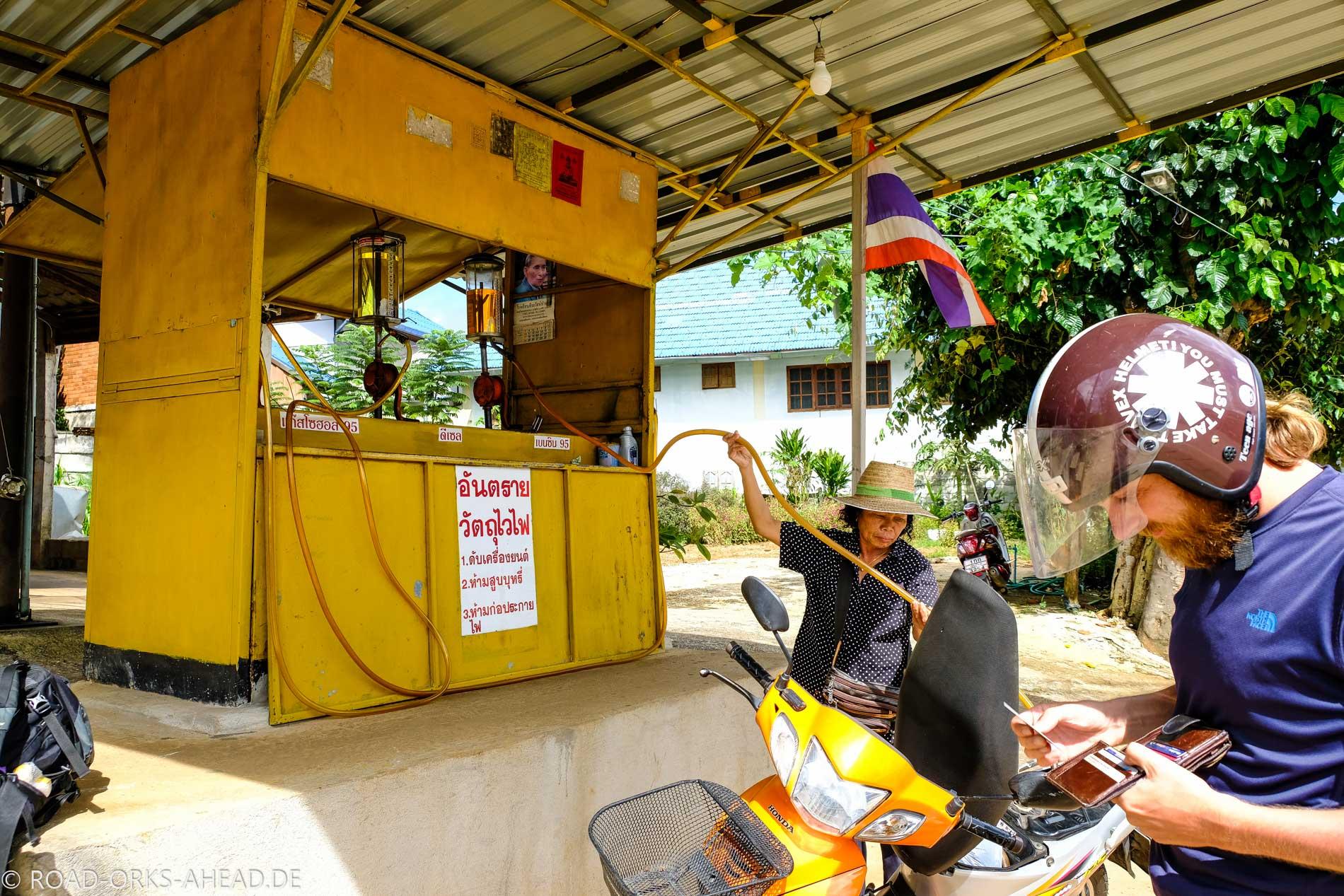 Tankstelle in Thailand - ganz manuell mit Handpumpe