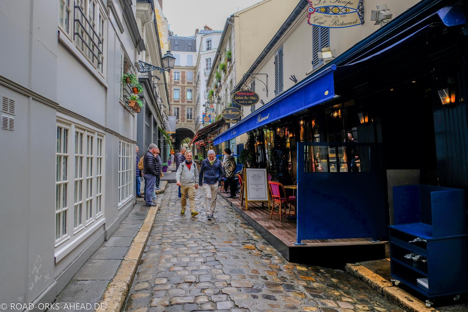 Süße kleine Straße in Paris