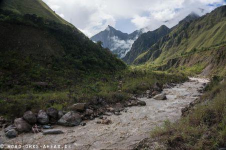 Reißender Fluss im Tal