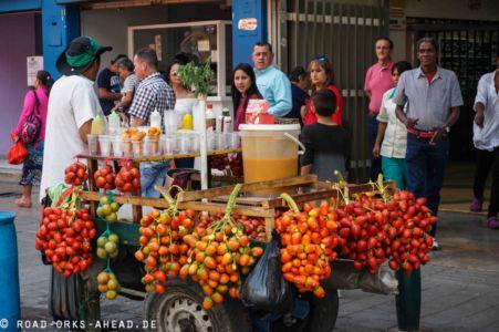 Mobiler Obststand mit Tomate de Arbol