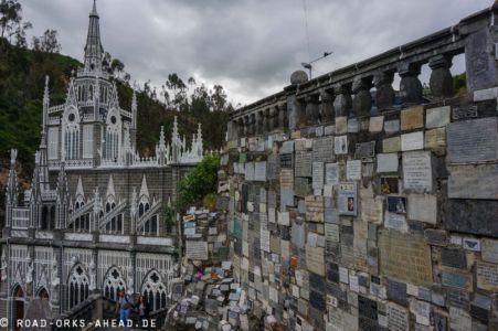 Tausende Dankestafeln schmücken den steilen Weg