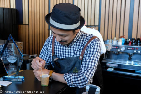 Ein Latte Künstler bei der Arbeit