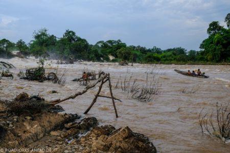 Fischer arbeiten direkt an den Wasserfällen